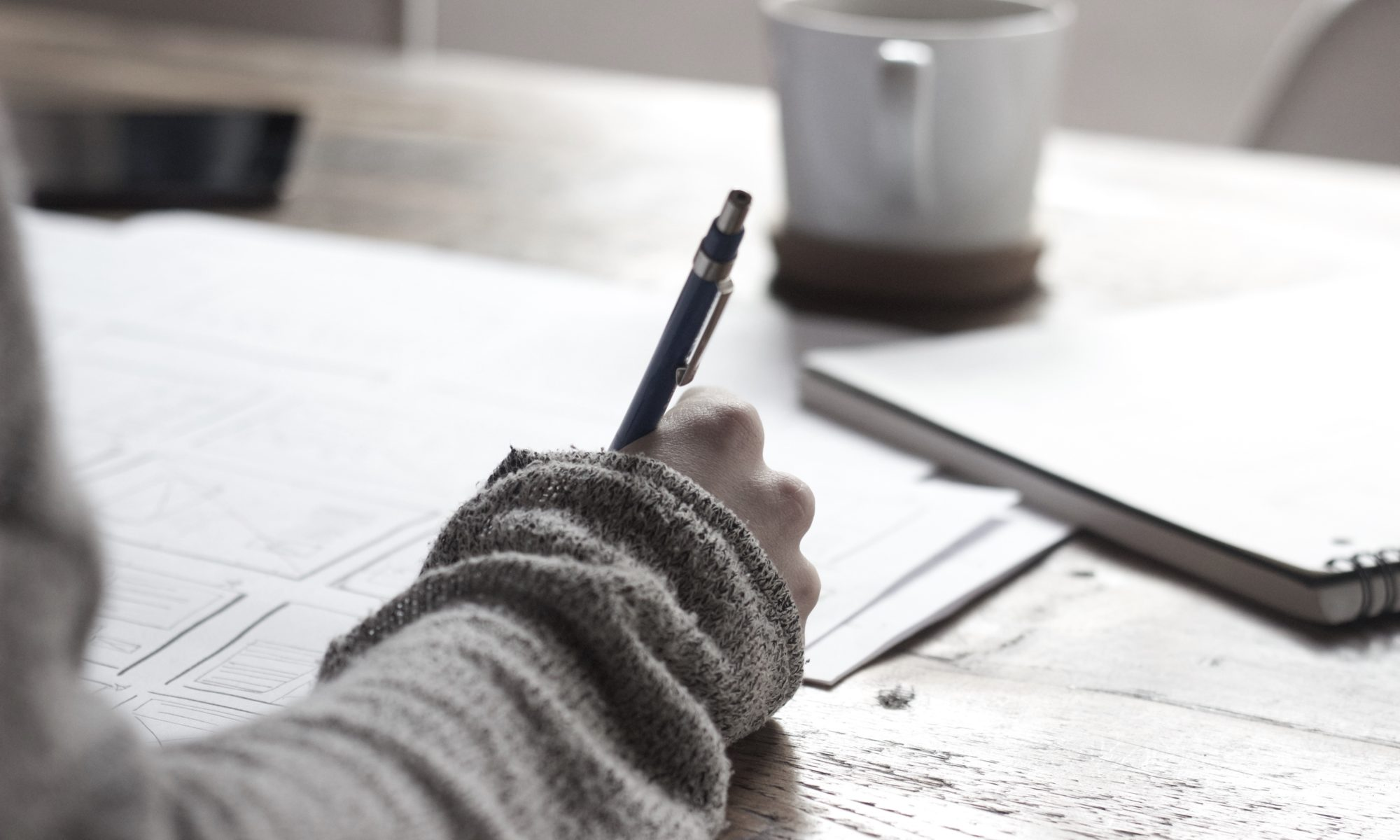 Studente schrijft een scriptie zonder stress, zodat ze snel kan afstuderen.